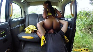 Sultry ebony gave it up to her cab driver in the back seat