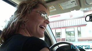 Mature white bitch picks up BBC and sucks his pole right in the car