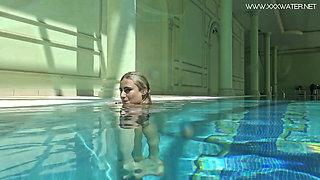 Hot US blondie Lindsay Cruz swims naked in the pool