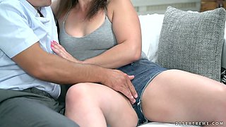 Real housewife Montse Swinger invites stud for some drink but ends up giving him BJ