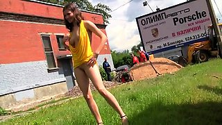 Provoking Russian babe flashes her perfect body in public